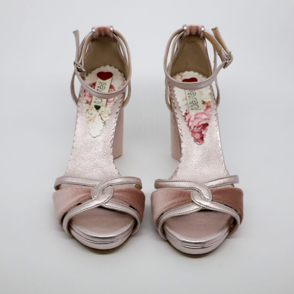 Dusty pink velvet sandal with thick and round heel,and pink metalic details. Heel hight is 10cm but you walk on 8,5cm. comfortable and soft makes you wear them long hours.